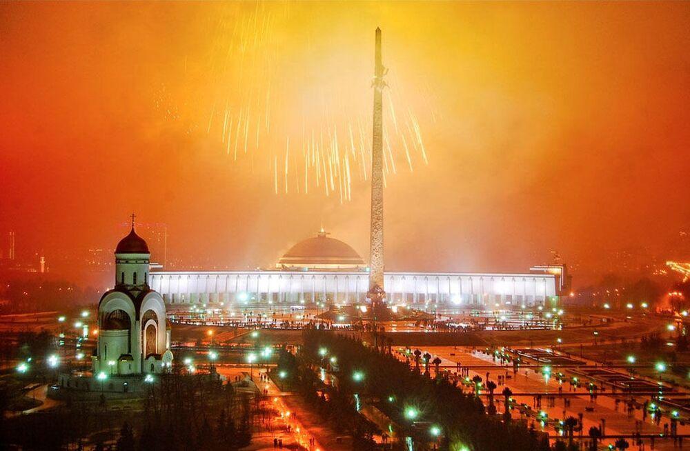الألعاب النارية تزين سماء موسكو