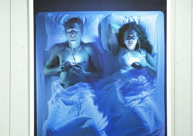 رجل وإمرأة يستمعون للموسيقى قبل النوم