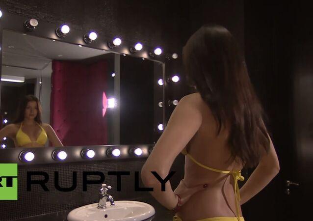 صوفيا نيكيتشوك تجرب عدة أزياء وهي تتحضر لعرض ملكة جمال العالم