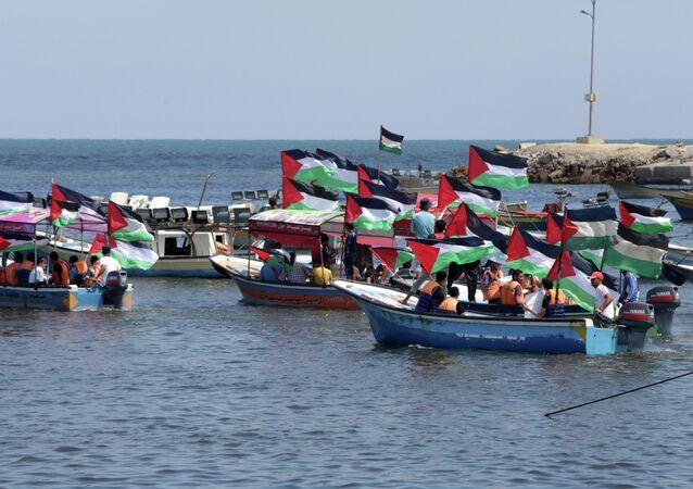 قوارب فلسطينية في استقبال أجانب مناصرين للقضية
