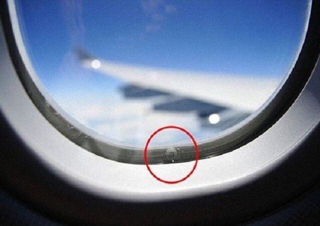 ثقوب في نافذة طائرة