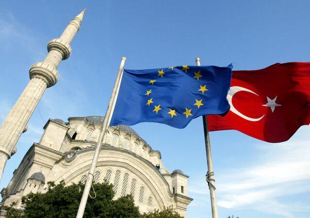 أعلام تركيا والاتحاد الاوروبي امام مسجد باسطنبول