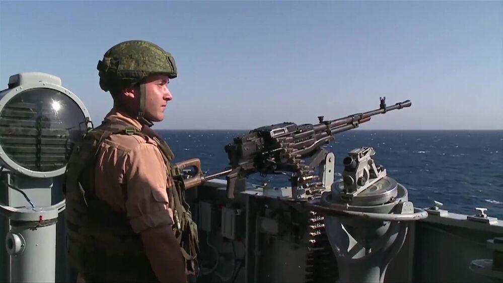 أحد الجنود على الطراد الصاروخي موسكو بالقرب من سوريا