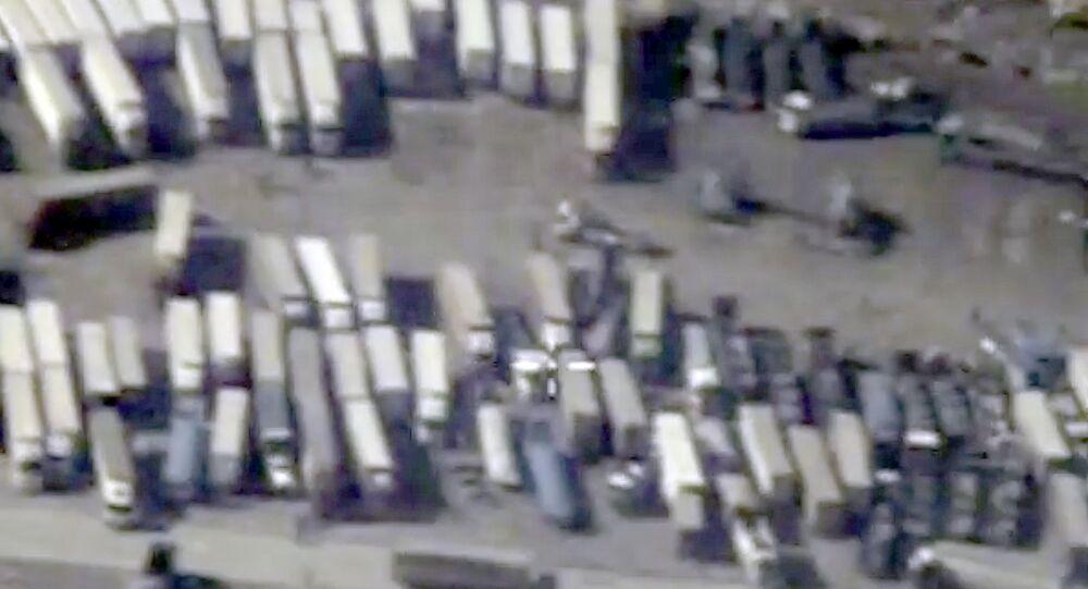 الشاحنات التي تنقل النفط المسروق من أراضي سوريا والعراق إلى تركيا
