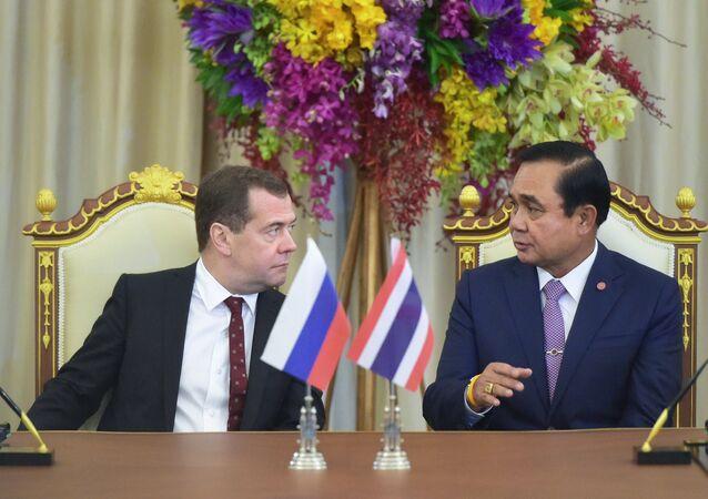 رئيس الوزراء الروسي ميدفيديف ورئيس الوزراء التايلاندي برايوت تشان أوتشا