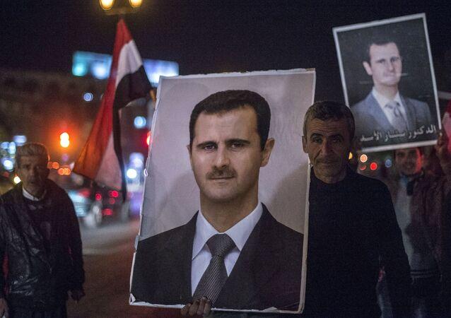 سكان دمشق يحملون صور الرئيس السورى بشار الأسد