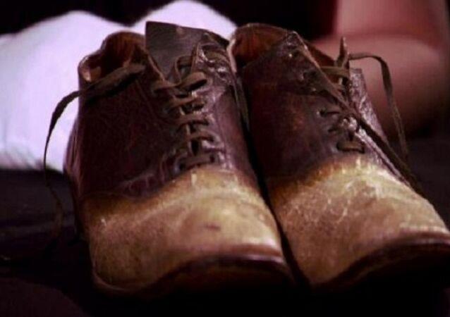 حذاء مصنوع من جلد الانسان