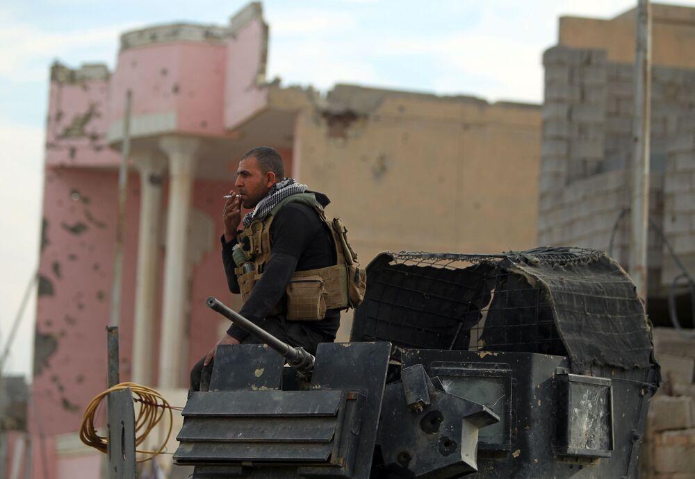 عنصر من قوات الجيش العراقي في الرمادي المحررة