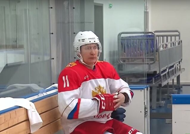 بوتين يلعب هوكي الجليد أثناء عطلة رأس السنة