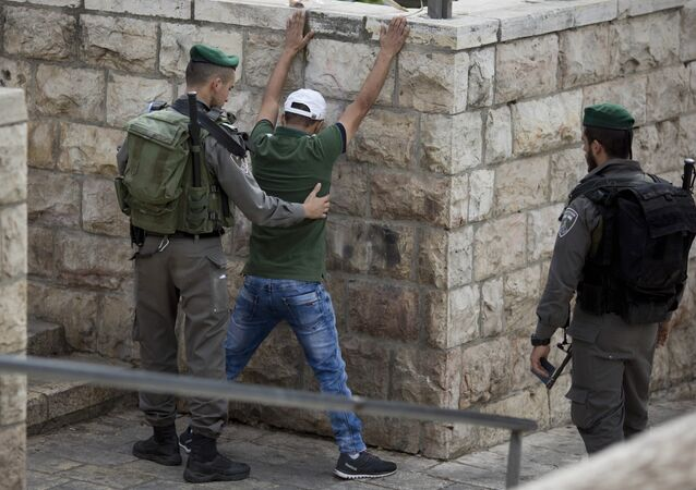 شرطة الاحتلال الإسرائيلي تفتش الفلسطينيين عند باب دمشق لمدينة القدس القديمة قبيل صلاة الجمعة