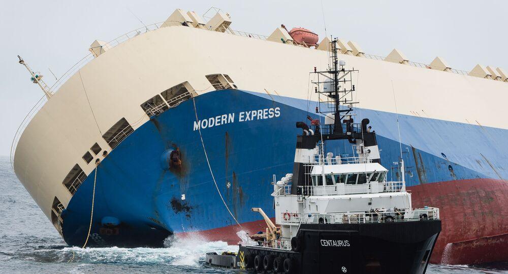 سحب سفينة شحن غارقة.