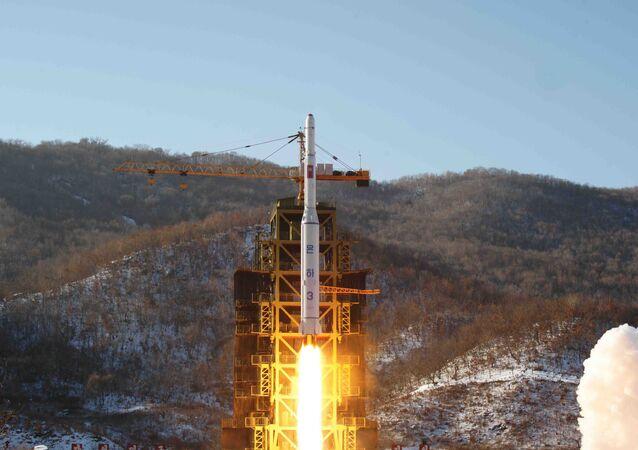 كوريا الشمالية تطلق صاروخا يحمل قمرا صناعيا