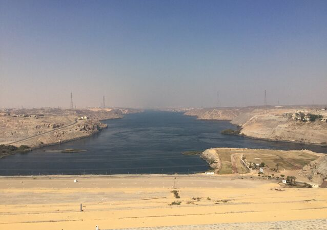 مخرج نهر النيل من عند السد العالي بأسوان