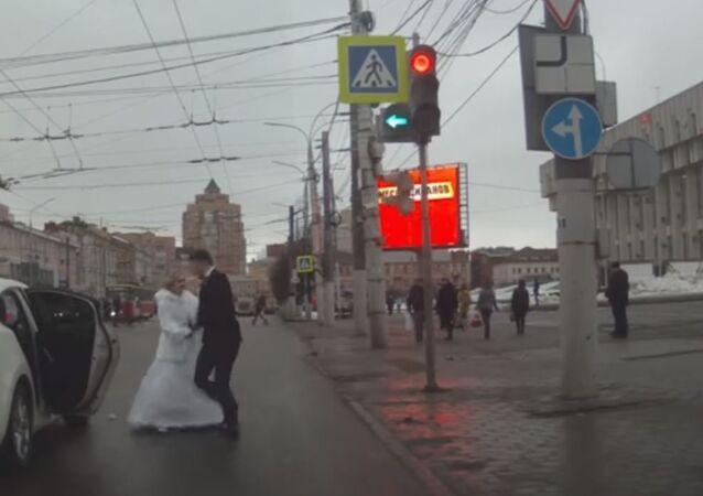 عروس روسية تضرب زوجها وتهرب من سيارة الفرح