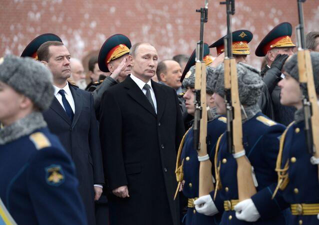 الرئيس فلاديمير بوتين خلال مراسم وضع أكاليل الزهور عند تمثال الجندي المجهول بمناسبة عيد حماة الوطن.
