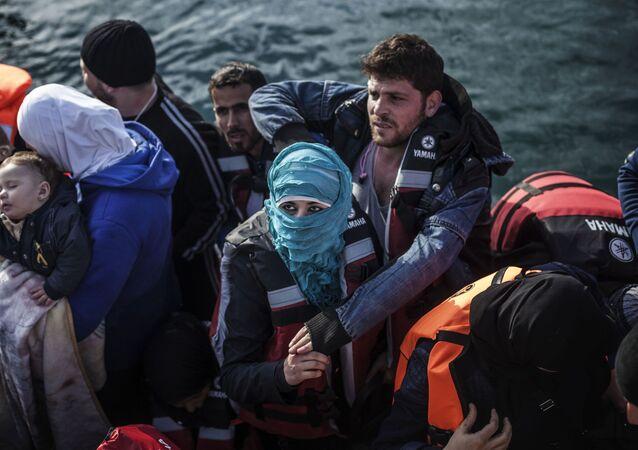 لاجئون على متن قارب نجاة بالقرب من جزيرة ليسبوس اليونانية، 23 فبراير/ شباط 2016
