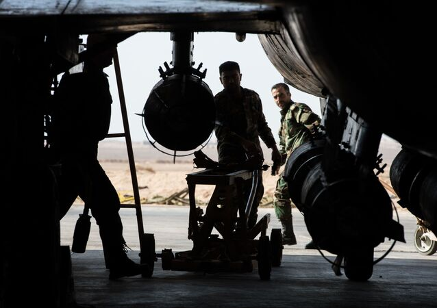 قوات الجيش السوري يحضرون المقاتلة سو-22 للإقلاع من القاعدة الجوية السورية في محافظة حمص.
