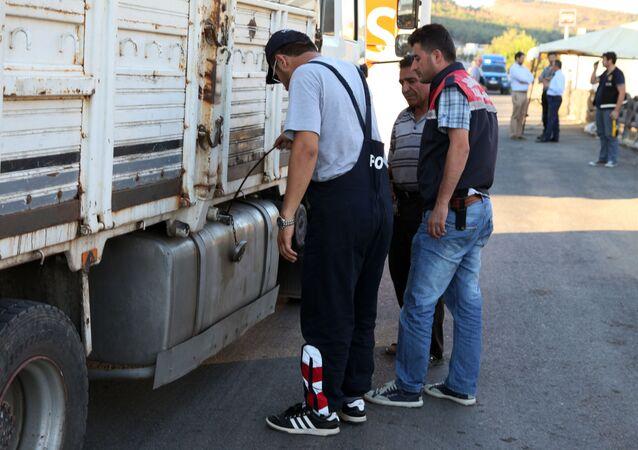تفتيش سيارة شحن في تركيا