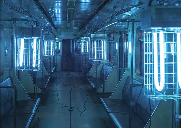 تعقيم عربات مترو الأنفاق في العاصمة الروسية موسكو باستخدام مصابيح الأشعة فوق البنفسجية.