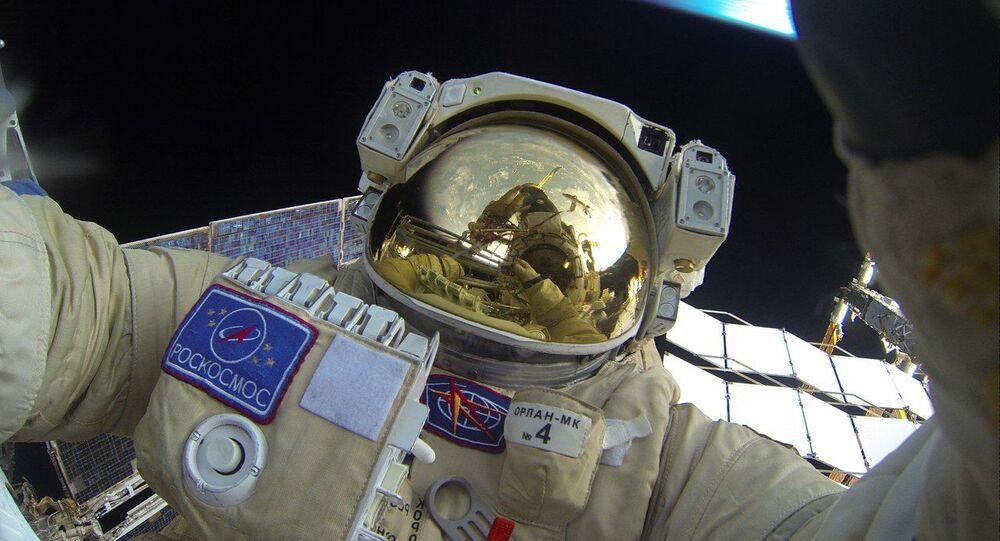 الرائد الروسي يخرج إلى الفضاء المفتوح.