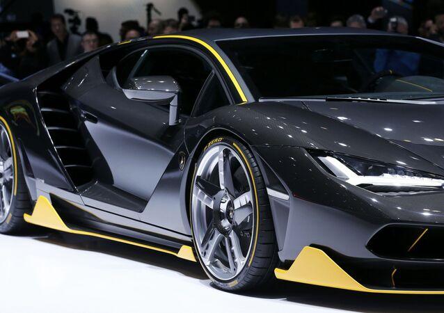 الموديل الحديث من سيارة Lamborghini Centenario خلال معرض جنيف الدولي للسيارات، 1 مارس/ آذار 2016.