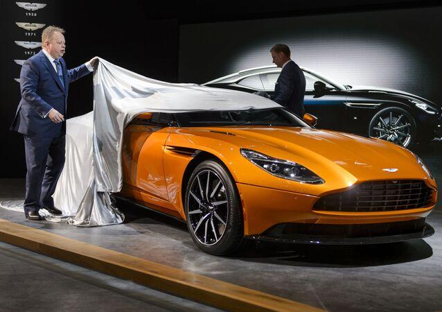 مدير التنفيذ العام شركة Aston Martin، إندي بلامير، يقدّم الموديل الجديد للسيارة  Aston Martin DB11 خلال معرض جنيف الدوالي للسيارات، 1 مارس/ آذار 2016.