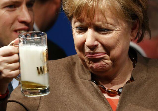مستشارة ألمانيا أنجيلا ميركل تشرب البيرة في اجتماع للاتحاد الديموقراطي المسيحي في فولكمارسن بألمانيا، 29 فبراير/ شباط 2016.