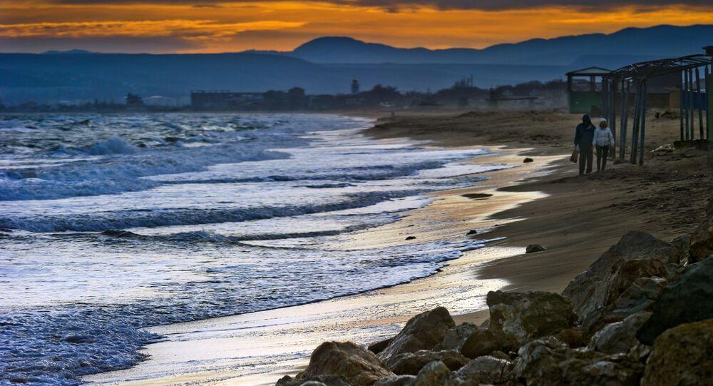 شاطئ البحر الأسود في قرية بيريغوفو في مقاطعة فيودوسيا في القرم، روسيا.