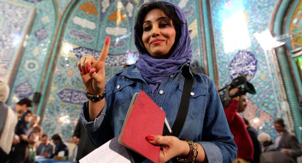 امرأة إيرانية فمن موقع الاقتراع في طهران، إيران، 26 فبراير/ شباط 2016.