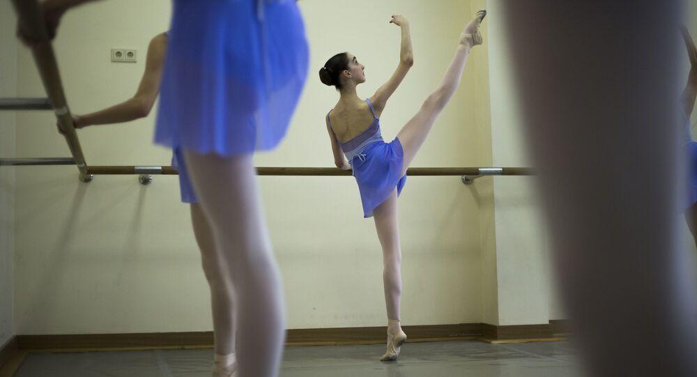 راقصة البالية الأمريكية هاربر أورتليب أثناء تدريباتها على الرقص في أكاديمية بالشوي باليت في موسكو، روسيا 3 مارس/ آذار 2016.