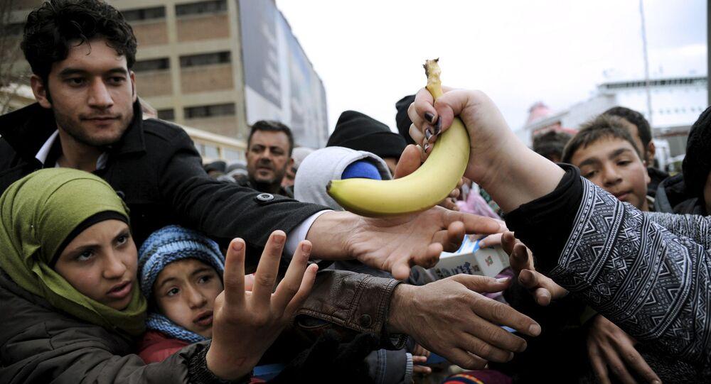 توزيع الطعام المجاني على اللاجئين في ميناء بيري في أثينا، 8 مارس/ آذار 2016.
