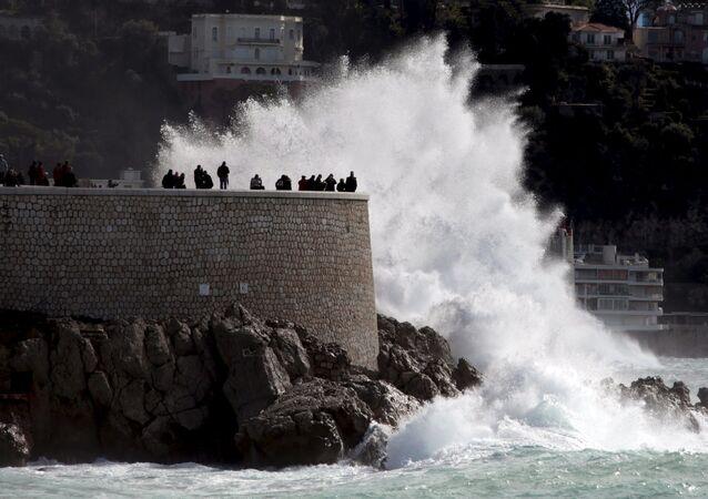 موجة كبيرة تضرب ساحل فرنسا المطل على البحر المتوسط في نيس، بروموناد دي أونغلي، 5 مارس/ آذار 2016.