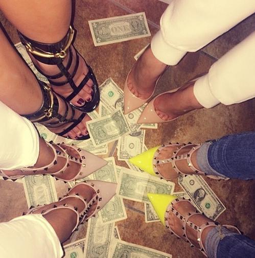 النقود تحت اقدامهم