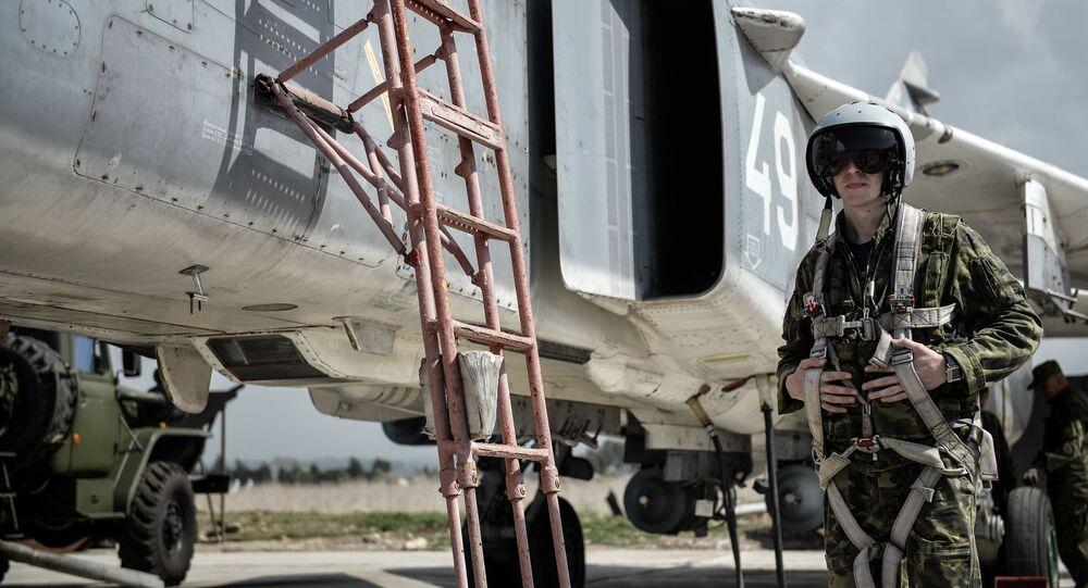 طيار القوات الجوية-الفضائية الروسية بجوار المقاتلة سو-24 في القاعدة الجوية السورية حميميم.