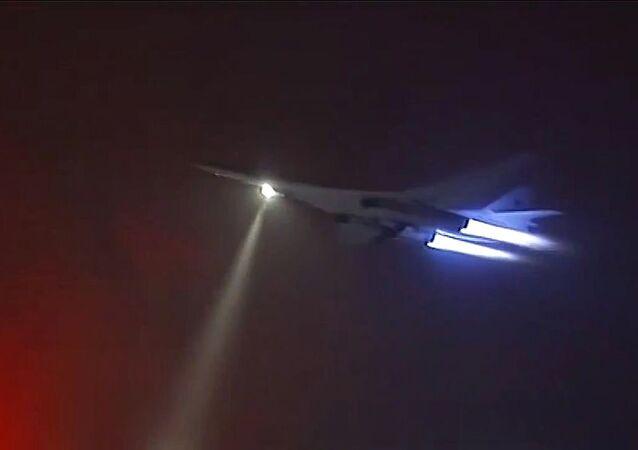 حاملة الصواريخ تو-160 للقوات الجوية-الفضائية الروسية خلال تنفيذ مهمتها الجوية ضد مواقع تنظيم داعش في سوريا.