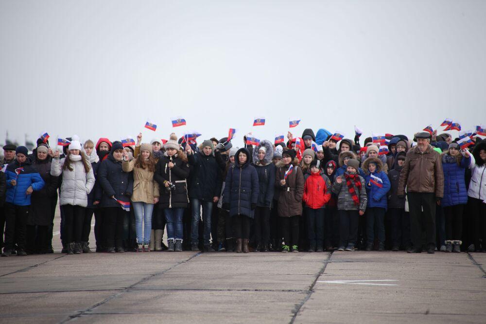 استقبال المواطنون لطياري المقاتلات الروسية سو-34 من القوات الجوية-الفضائية الروسية بالمطار العسكري الجوي في إقليم فورونيج بروسيا.
