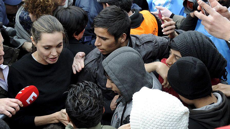 أنجلينا جولي تلتقي لاجئين في ميناء بيرايوس في اليونان