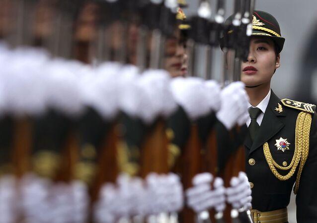 جندية في قوات الجيش الشعبي الصيني خلال مراسم استقبال رئيس ألمانيا يواخيم غاوك في بكين، الصين، 21 مارس/ آذار 2016.