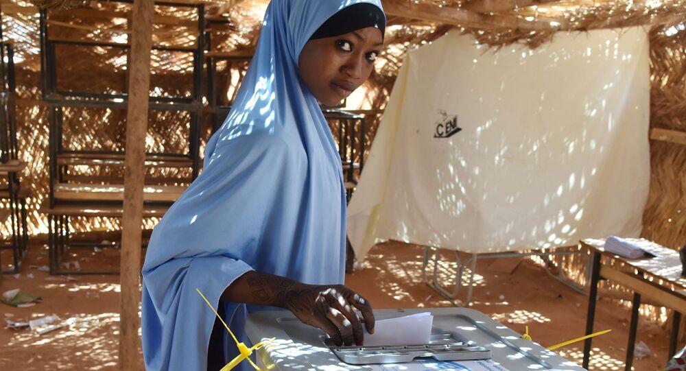 فتاة نيجيريا في أحد مراكز الاقتراع للانتخابات في نيامي، نيجيريا، 20 مارس/ آذار 2016.