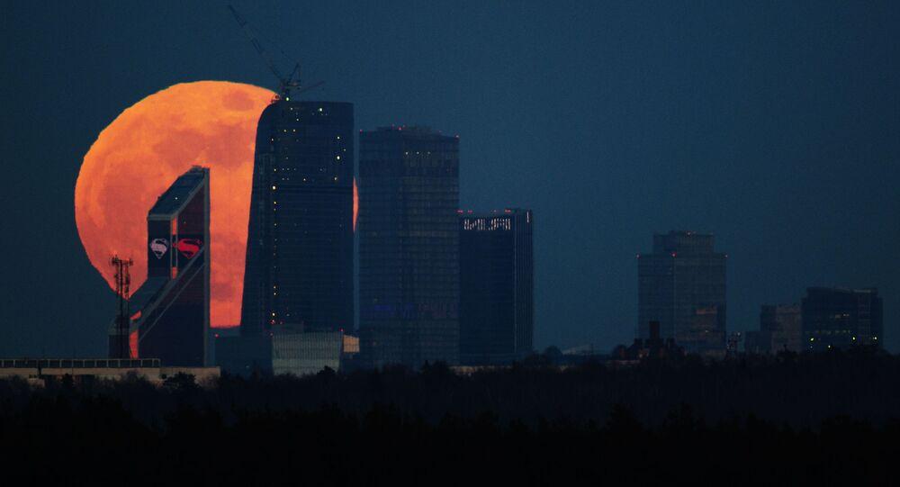 ليلة القمر الكامل (البدر) فوق العاصمة الروسية موسكو، موسكو-سيتي.
