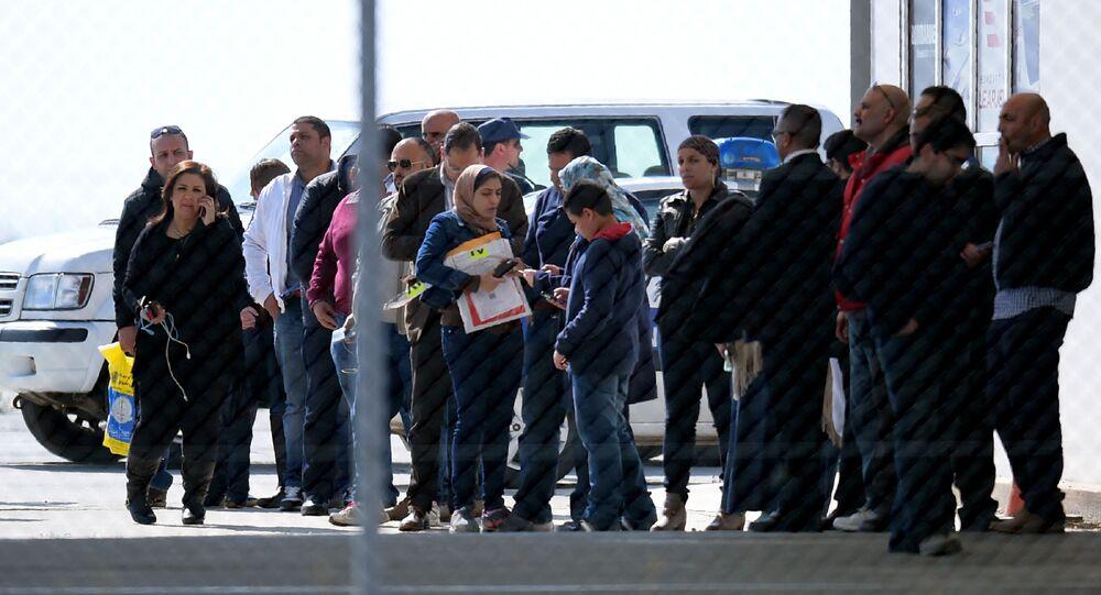 ركاب الطائرة المخطوفة Egypt Air في مطار لارنكا بقبرص