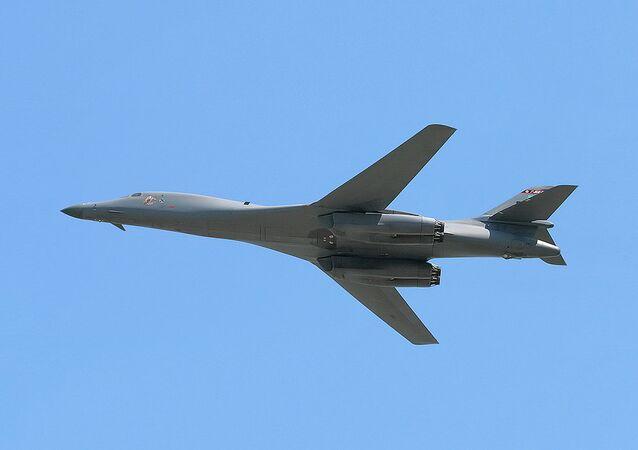 قاذفة القنابل الاستراتيجية  بي-1ب لانسر