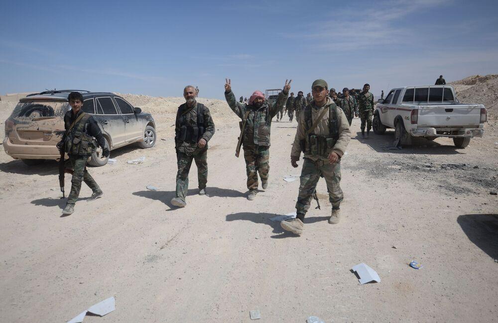 قوات الجيش العربي السوري وقوات الدفاع الوطني خلال تقدمهم لتحرير مدينة القريتين