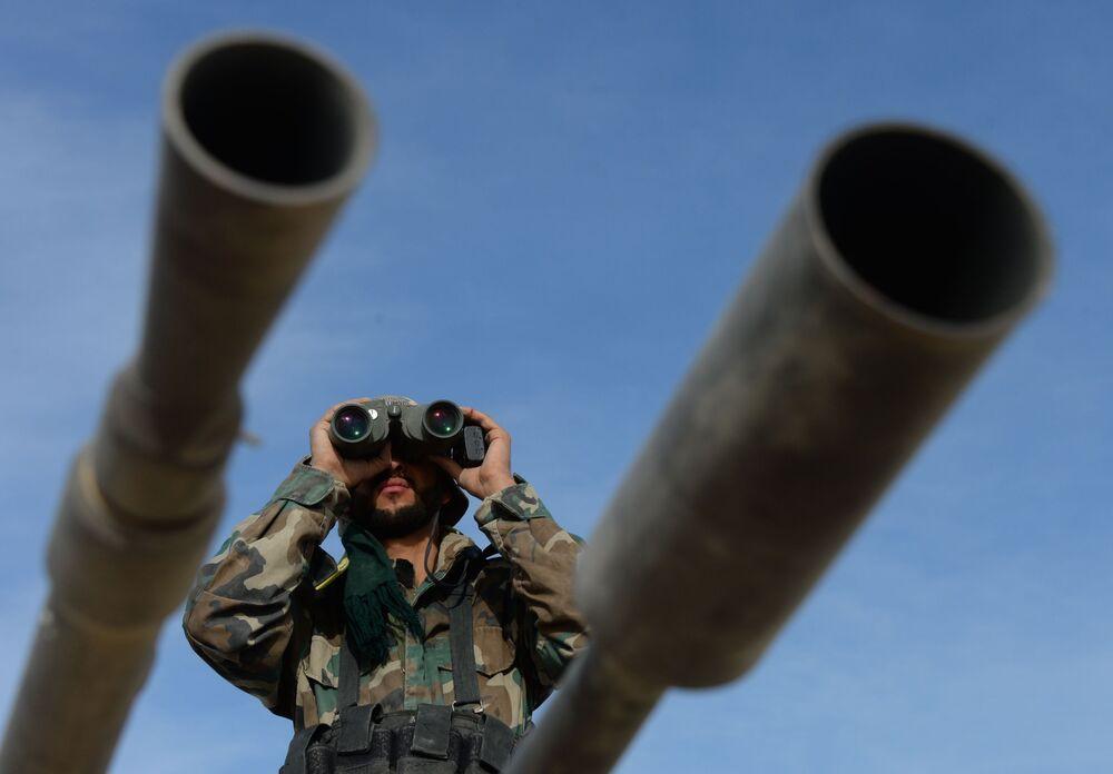 قوات الجيش العربي السوري وبمساندة قوات الدفاع الوطني يتقدمون لتحرير مدينة القريتين