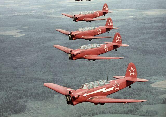 طائرات ياك-18 أثناء التحليق.