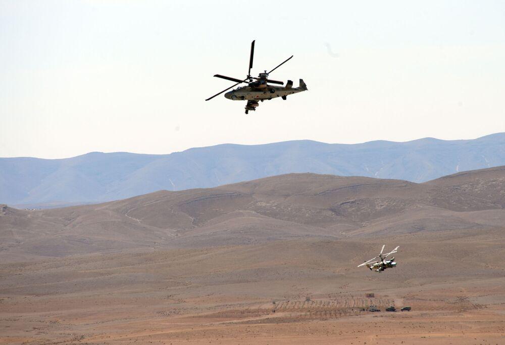 قوات الجيش العربي السوري يستخدمون المروحية الروسية كا-52 أليغاتور والدبابة ت-55 خلال العمليات العسكرية لتحرير مدينة القريتين من تنظيم داعش.