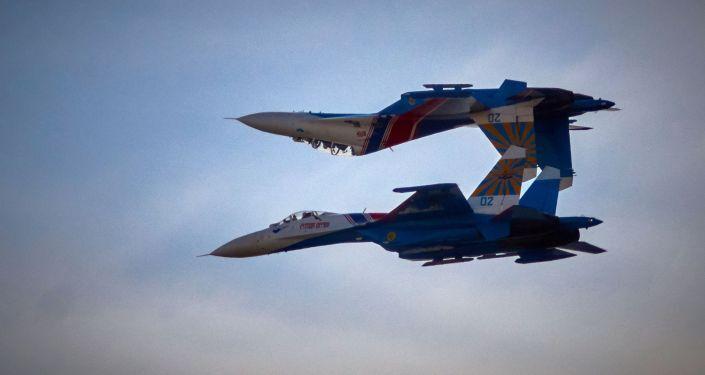 العرض الجوي لسرب الفرسان الروس على متن طائرات سو-27 في سانت بطرسبرغ.