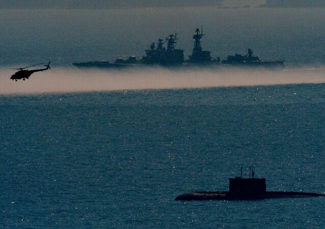 مشروع فارشافيانكا لغواصة الديزل، وسفينة كبيرة مضادة للغواصات أدميرال بانتيلييف، خلال تدريبات الأسطول البحري في المحيط الهادئ.