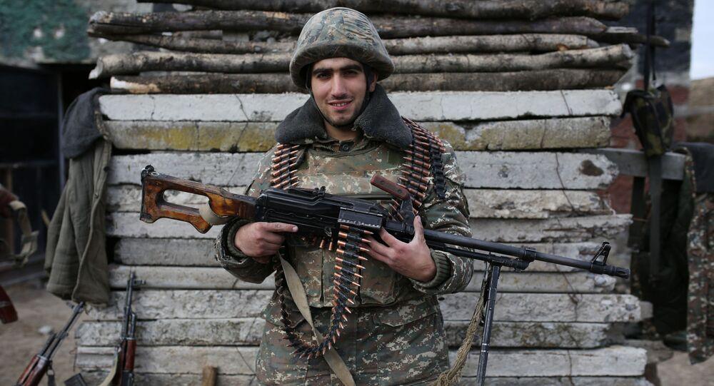 جندي أرميني أمام كاميرا التصوير في إحدى المواقع العسكرية في قره باغ، ابريل/ نيسان 2016.