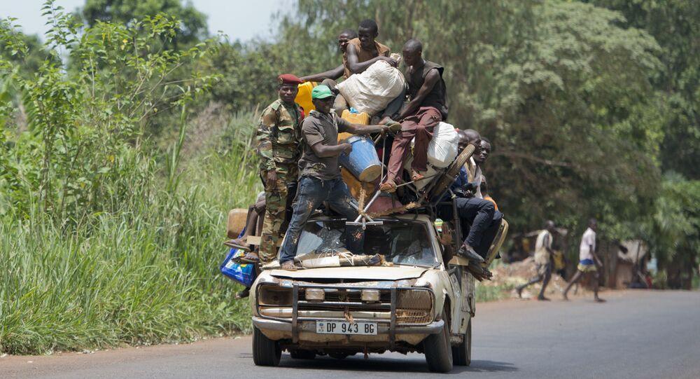مواطنون يركبون سيارة لتوصلهم إلى وجهتهم، من مبايكي إلى بانغوي، جمهورية أفريقيا الوسطى.